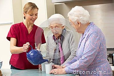 Z opiekunem starsze kobiety w domu