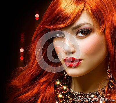 Z włosami dziewczyny czerwień