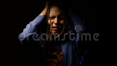 Zaakcentowany nastoletni dziewczyna strach coś i krzyczeć 4K zbiory