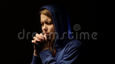 Zaakcentowany nastoletni dziewczyna strach coś i modlenie 4K zbiory wideo
