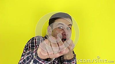 Zabawny, przystojny facet zabawny przedstawia karate, uderza w powietrze rękami zbiory