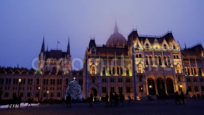 Zachód słońca Upadek czasu budynku Parlamentu w Budapeszcie z choinką bożonarodzeniową, zbiory