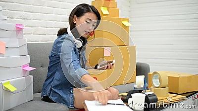 Zaczyna up małego biznesu przedsiębiorcy SME lub freelance azjatykciej kobiety pracuje online rynek pakuje z pudełka pojęciem w d zbiory wideo