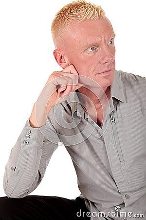 Zadumany forties blond mężczyzna