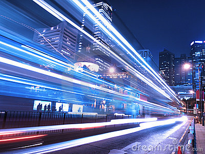 Zadziwiający miasta noc ruch drogowy
