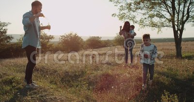 Zadziwiający wydający czasów członków rodziny, dwa chłopiec i rodziców wpólnie, przy natura pięknym widokiem zbiory wideo