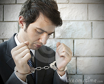 Zakłada kajdanki kierownika