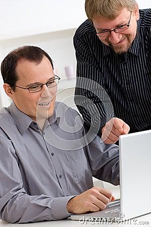 Zakenlieden die laptop computer met behulp van