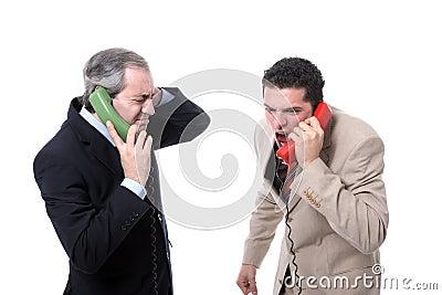 Zakenlieden die op de telefoon schreeuwen