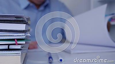Zakenman Browsing Financial Documents en Boekhoudingsdocumenten in Bureauzaal stock videobeelden