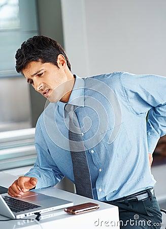 Zakenman die aan lagere rugpijn lijdt