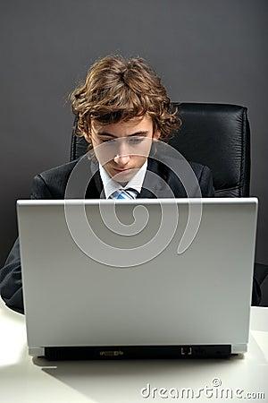 Zakenman die laptop met behulp van