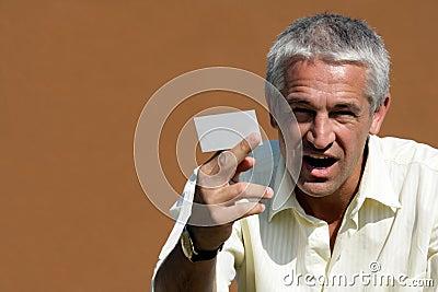 Zakenman die leeg adreskaartje overhandigt