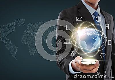 Zakenman die in virtuele werkelijkheidsinterface navigeren