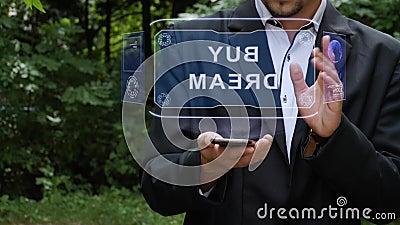 Zakenman gebruikt hologram met tekst Koop dromen stock footage