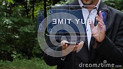 Zakenman gebruikt hologram met tekst Koop tijd stock videobeelden