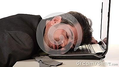 Zakenman rustend hoofd op laptop