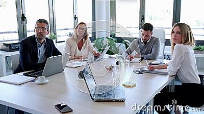 Zakenmensen nemen notities met laptop en letten op de conferentie over de samenwerking stock video