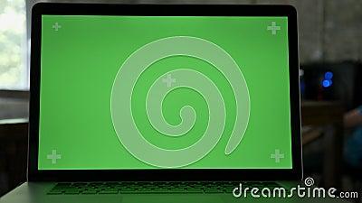 Zakończenie strzał laptopu ` s pokaz z chromakey w nowożytnym biurze zbiory wideo