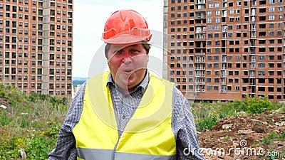 Zakończenie w górę szokującego pracownika lub architekta twarzy wyrażenia No! no! mężczyzny emocja na budowa placu budowym zbiory wideo