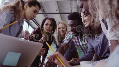 Zakończenie widok młoda biznes drużyna z żeńskim liderem zespołu pracuje wpólnie blisko stołu, aktywnie brainstorming zdjęcie wideo