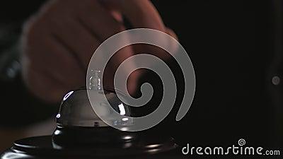 Zamknięcie połączenia do głównego biurka hotelu Mężczyźni naciskają dzwonek zdjęcie wideo