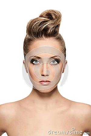 Zamyka up blond kobieta z mody fryzurą