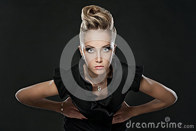 Zamyka up blondynki kobieta z mody fryzurą