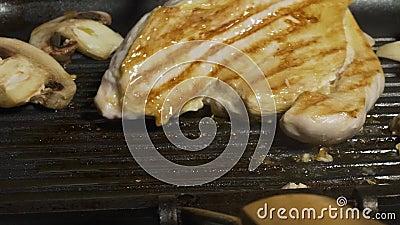 Zamyka w górę narządzanie pieczarek i chiken na grillu Przygotowywa domowej roboty kotleciki deliciouses Kuchnia Męska ręka zbiory