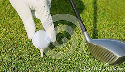 Zamyka w górę widoku piłka golfowa na trójniku
