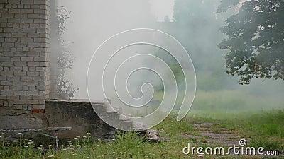 Zamykająca się biała cegła z gankiem, z którego wychodzi dym biały, niebezpieczeństwo pożarów w domach i wybuch gazu zbiory wideo