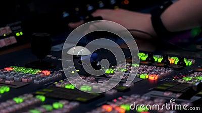 Zamykanie zapalonych świateł różnych przycisków na panelu sterowania i męskiej dłoni kontrolera Materiał z archiwum zdjęcie wideo