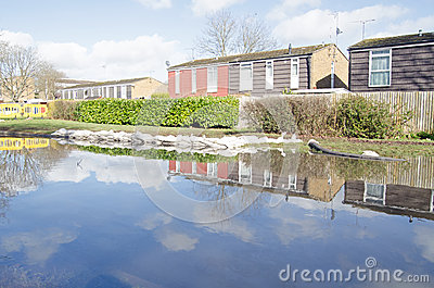 Zandzakken en vloedwateren, Basingstoke Redactionele Stock Afbeelding