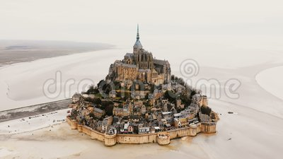 Zangão que zumbe dentro na abadia de Mont Saint Michel, na cidade épico da fortaleza da ilha e no marco famoso do curso em Norman video estoque