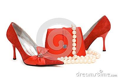 Zapatos, monedero y perla rojos