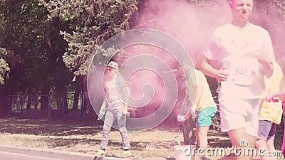 Zaporizhzhia,乌克兰- 2018年4月29日:组织者被投掷,与铁锹的投掷的油漆,holi,桃红色,黄色,在 股票视频
