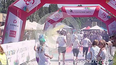 Zaporizhzhia, Ucrania - 29 de abril de 2018: El final del maratón en Zaporozhye, el festival 'raza brillante '2018 almacen de metraje de vídeo