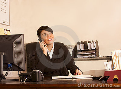 Zarządcy telefonu pomocnicza kobieta biurowych