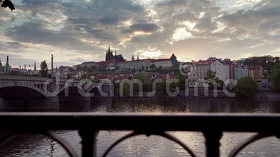 Zaskakująco piękny zachód słońca nad rzeką w środku miejskiej architektury europejskiej Ruch kamery wzdłuż metalowego ogrodzenia  zbiory wideo