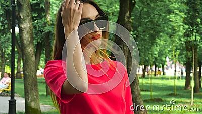 Zauber junge blode Dame in der roten Klage und in der Sonnenbrille stock video footage
