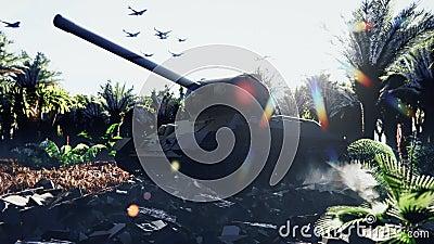 Zbiornik wojskowy stoi na ruinach w opuszczonej tropikalnej dżungli, a nad głową leci wojskowy statek powietrzny Armada zdjęcie wideo