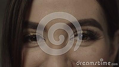 Zbliżenie żeński brąz ono przygląda się z wieczór makeup zbiory wideo