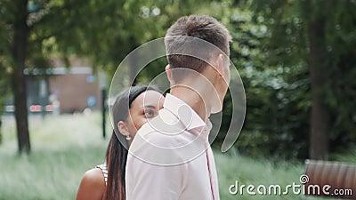 Zbliżenie afrykańskiej dziewczyny zamykającej oczy chłopaka Zaskoczony mężczyzna wziął ją w ramiona i całował zdjęcie wideo