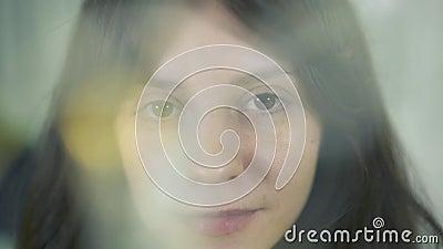 Zbliżenie atrakcyjna caucasian brąz kobieta z warstwami żółty bokeh skutek zbiory