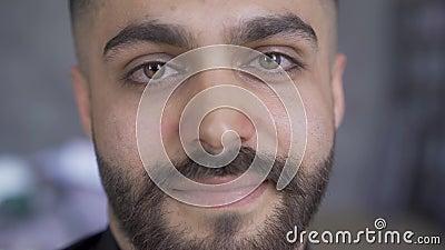 Zbliżenie atrakcyjnego mężczyzny z brodą i wąsami patrzącego na uśmiech kamery Przystojny mężczyzna w środku zbiory