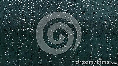 Zbliżenie kropelek deszczowych spadających na okno Dzień deszczowy zbiory wideo