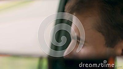 Zbliżenie mężczyzna w tylni widoku lustrze, zaniepokojony ojciec patrzeje dla brakować dzieciaków zdjęcie wideo