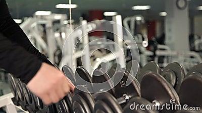 Zbli?enie dumbbells wios?uje, bodybuilding trener?w wybor?w gym wyposa?enie dla beginner zbiory wideo