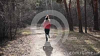 Zbli?enie nogi biega przez jesie? parka przy zmierzchem Ludzie biega przecinającego kraju w lasowej Jogging motywacji wewnątrz zbiory wideo