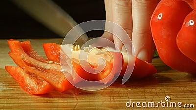 Zdrowy świeży czerwony Capsicum pieprzu jedzenie przygotowywa tnącego up w kuchni zdjęcie wideo